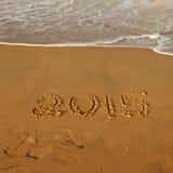 Zahl des Jahres 2015 auf sandigem Strand Stockbilder