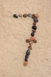 Zahl des Kiesels 7 auf selektivem Fokus des Sandes Stockfoto