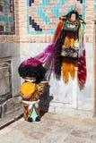 Zahl des Mannes in der traditionellen Usbekkleidung mit Kugel Stockfotografie