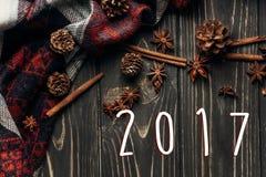 Zahl des neuen Jahres des Zeichens mit 2017 Texten auf hölzernem rustikalem Hintergrund Badekurort Lizenzfreie Stockfotos
