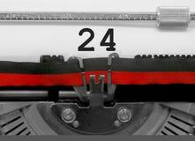 24 Zahl durch die alte Schreibmaschine auf Weißbuch Stockfotos