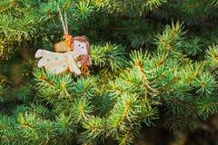 Zahl eines Engels auf grüner gezierter Weihnachtsbaumdekoration Stockbild