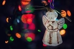 Zahl eines Engels, der auf Weihnachtsbaum mit nettem colorf verziert Lizenzfreies Stockfoto