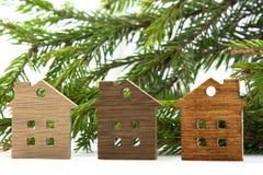 Zahl eines Holzhauses auf einem Hintergrund von grünen Tannenzweigen Stockfotos