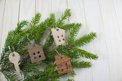 Zahl eines Holzhauses auf einem Hintergrund von grünen Tannenzweigen Stockfotografie
