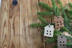 Zahl eines Holzhauses auf einem Hintergrund von grünen Tannenzweigen Stockbilder