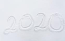 Zahl oder Datum des neuen Jahres 2020 an der Schneeoberfläche Lizenzfreies Stockfoto
