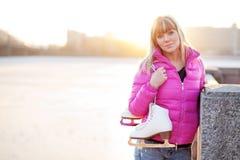 Zahl Schlittschuhläuferfrau im Stadtflussufer Stockbilder