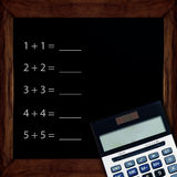 Zahl und Taschenrechner auf Tafel Lizenzfreie Stockfotos