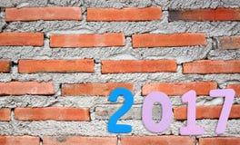 Zahl von 2017 auf einem Backsteinmauerhintergrund Stockbilder