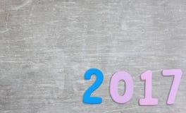 Zahl von 2017 auf einem grauen Zementhintergrund Stockfotos