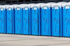 Zahl von biotoilets auf der Stadtstraße Stockbild