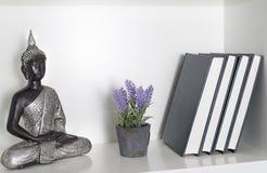 Zahl von einem Buddha, von Anlage und von Büchern Stockfotografie