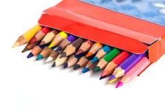 Zahl von farbigen Bleistiften in einem Kasten lokalisiert auf weißem Hintergrund Lizenzfreies Stockfoto