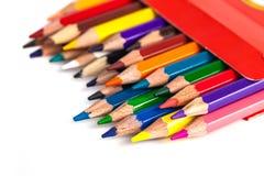 Zahl von farbigen Bleistiften in einem Kasten lokalisiert auf weißem Hintergrund Stockbild
