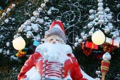 Zahl von Santa Claus auf dem Hintergrund des Weihnachtsbaums Lizenzfreies Stockbild