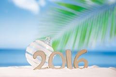 2016 Zahlbuchstaben mit Starfish, Ozean, Strand und Meerblick Lizenzfreie Stockfotografie