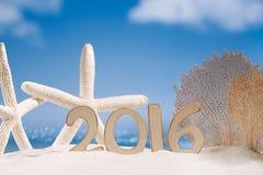 2016 Zahlbuchstaben mit Starfish, Ozean, Strand und Meerblick Lizenzfreie Stockbilder