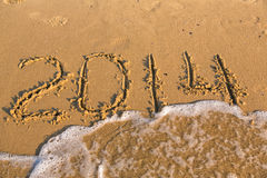 2014 Zahlen auf dem gelben sandigen Strand Lizenzfreie Stockfotografie