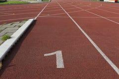 Zahlen auf der Bahn ist die Ende pointred Laufbahn auf athletischem Stadion Stockbilder