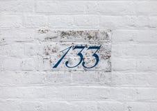 Zahlen auf einem der Ziegelsteinweißgebäude Stockfotografie
