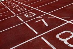 Zahlen auf einer athletischen Bahn Stockbilder
