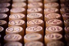Zahlen auf Fässern eines alten Lottos Selektiver Fokus Stockfotos