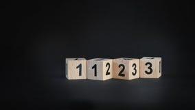 1, 2, 3 Zahlen auf hölzernen Würfeln auf schwarzem Hintergrund Lizenzfreie Stockfotografie