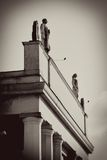 Zahlen des Mannes und der Frau auf dem Dach übersteigen. Stockbild