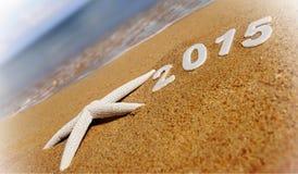 2015 Zahlen des neuen Jahres auf dem Seestrand Stockbild