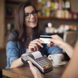 Zahlen durch Kreditkarte Stockfotos