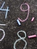 Zahlen geschrieben in bunte Kreide auf den Asphalt Stockfoto