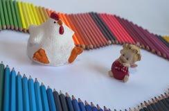 Zahlen Huhn und Engel mit einem roten Herzen in der Hand, unter der Co Stockfotos
