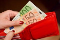 Zahlen mit Bargeld lizenzfreie stockfotografie