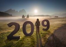 2019 Zahlen mit dem Mädchen, das vorwärts zur Zukunft schaut Lizenzfreie Stockfotos