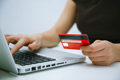 Zahlen mit der Kreditkarte on-line Lizenzfreies Stockfoto