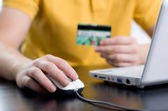 Zahlen mit einer Kreditkarte Online Stockbilder