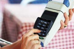 Zahlen mit Kreditkarte Stockbilder