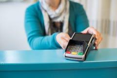 Zahlen mit Kreditkarte Lizenzfreies Stockfoto