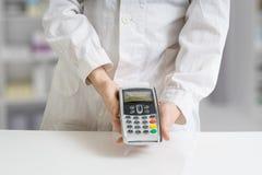Zahlen mit Zahlungsanschluß in der Apotheke Lizenzfreie Stockfotos