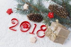 Zahlen schnitten vom Papier, vom Weihnachtsbaum und von den Kegeln Lizenzfreies Stockfoto