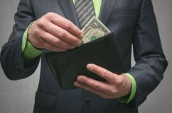 Zahlen Sie die Schuld Nicht genügend Geld Zahlung durch Rechnungen Niedriges Gehaltskonzept stockfotos