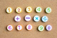 Zahlen 1-10 und Plus minus multiplizieren Divisionszeichen auf Korkenbrett lizenzfreie stockfotos