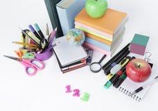 Zahlen und Schulbedarf auf weißem Hintergrund Lizenzfreie Stockbilder