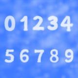 Zahlen und Zahlen auf einem Hintergrund des blauen Himmels mit Wolken Stockfoto