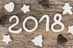 Zahlen vom weißen Lehm, der die Nr. 2018, Vorbereitung für Weihnachten, neues Jahr bildet Keksbacken formt, Herz, das Fischgräten Lizenzfreie Stockfotos