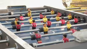 Zahlen von Fußballspielern befördern die linken und richtigen Leute, die foosball spielen Tabellenfußball plaers Tischfußballfußb stock video