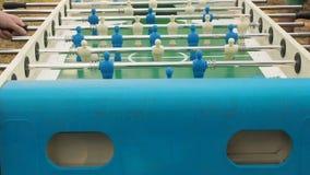 Zahlen von Fußballspielern befördern die linken und richtigen Leute, die foosball spielen Tabellenfußball plaers Tischfußballfußb stock video footage