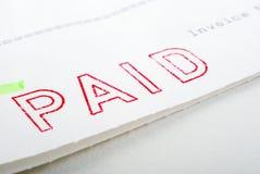 Zahlender Stempel auf Rechnung lizenzfreie stockbilder