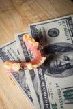 Zahlendes Geld für Zähne interessieren sich, künstlich mit Dollaranmerkung Stockfoto